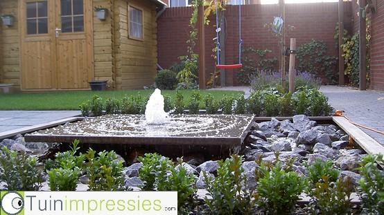 Tuin met kleine tuin met en borders met siergrassen en for Waterornament tuin